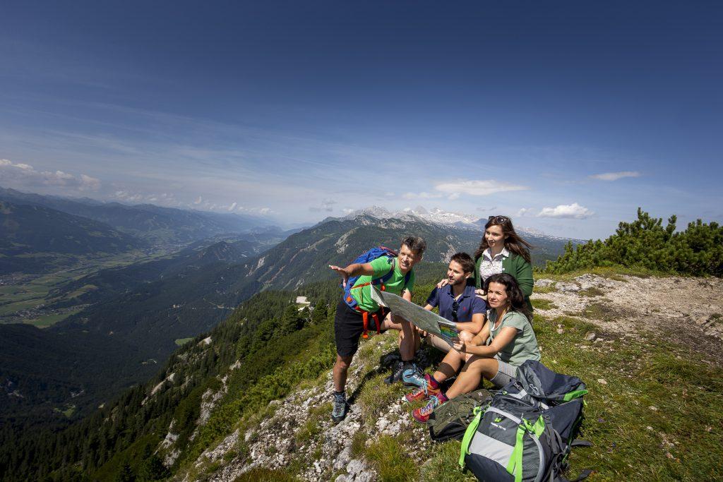 Bergführer Herbert Raffalt erklärt am Stoderzinken die Wanderroute