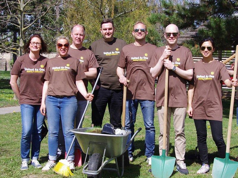 UPS Mitarbeiter pflanzen Bäume im Caritas Wohnhaus Wr. Neustadt
