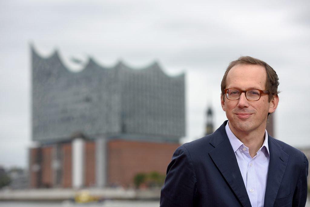 Christoph Lieben-Seutter vor der Elbphilharmonie_Michael Zapf