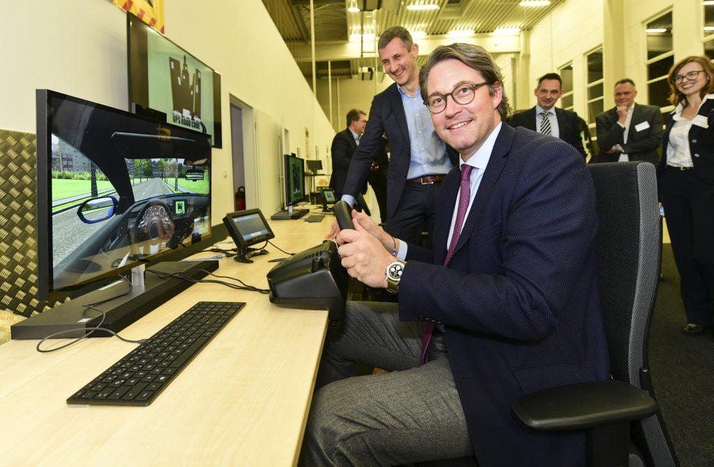 Bundesverkehrsminister Andreas Scheuer am Fahrsimulator (c) UPS